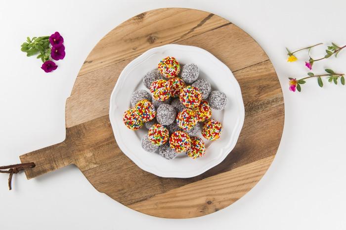 מגש כדורי שוקולד סוכריות וקוקוס